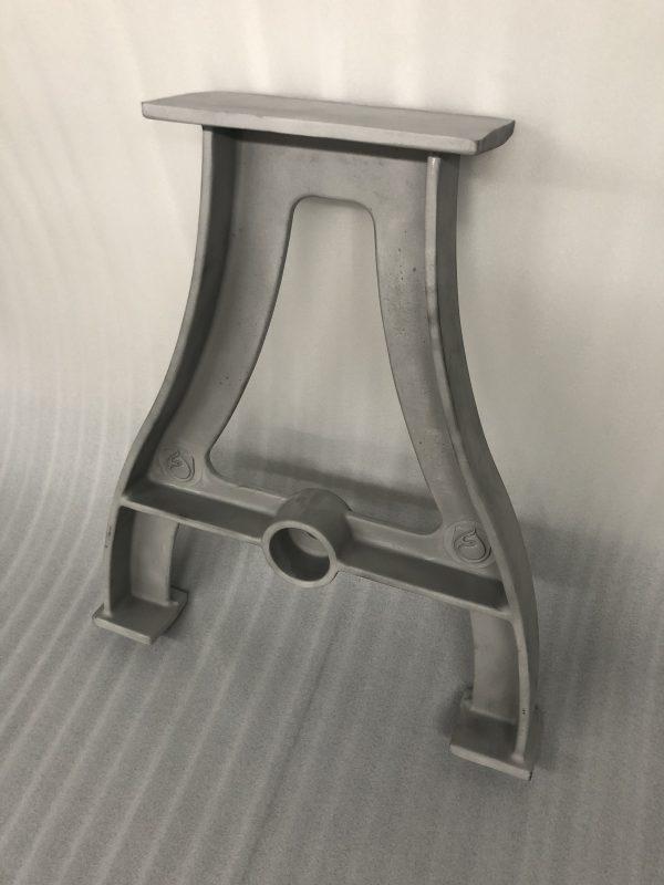 Tréteau de salle à manger classique. Base en aluminium 29'' de hauteur x 25 ¼'' de large, capacité de 5000 livres. Chaque paire est fabriquée à la main avec soin par nos artisans fondeurs expérimentés pour avoir une correspondance parfaite entre les deux pieds de table. Ces élégants pieds de table en aluminium, agréables à l'œil, sont fabriqués à partir d'aluminium le plus fin et le plus pur disponible, vous bénéficierez donc d'une finition exceptionnellement lisse. L'ensemble de pieds de table pèse 13,5 livres et comporte des trous de boulons pré-percés sur le dessus pour le fixer au plateau de table de votre choix. La tige centrale est incluse et ajoute de la stabilité à l'ensemble. La tige centrale peut être pré coupée à vos dimensions (précisez la longueur au moment de la commande).    Personnalisez vos pieds de table en modifiant le logo Fusium pour une image de votre choix. Au moment de la commande, il vous suffit de soumettre une photo ou une image de ce que vous désirez et nous réaliserons une impression 3D que nous incorporerons dans vos pieds de table pour les rendre uniques.    Nous proposons également une variété de couleurs de peinture parmi lesquelles vous pouvez choisir.  <ul>   <li>Prix pieds de table : $600 paire de pieds de table (tige centrale incluse)</li>   <li>Prix logo personnalisé : $250</li>   <li>Prix peinture : $90 pour la paire</li>  </ul>